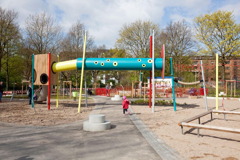 Naumann-Landschaft-Spielplatz-Eidelstedter-Weg-Kind-Tunnel Naumann – Landschaft