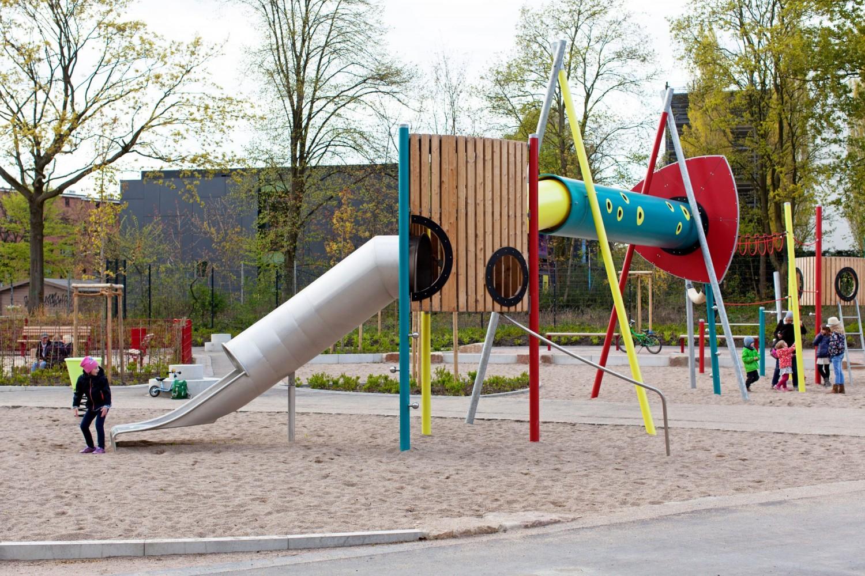 Naumann-Landschaft-Spielplatz-Eidelstedter-Weg-Tunnelrutsche Naumann – Landschaft