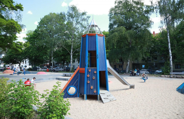 Naumann-Landschaft-Spielplatz-Am-Irrgarten-Rakete Naumann – Landschaft