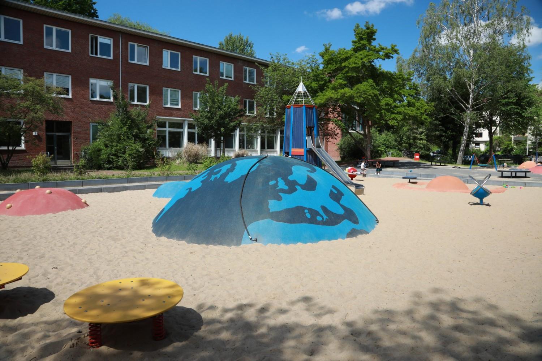 Naumann-Landschaft-Spielplatz-Am-Irrgarten-Rutsche-Sandspielbereich-2 Naumann – Landschaft
