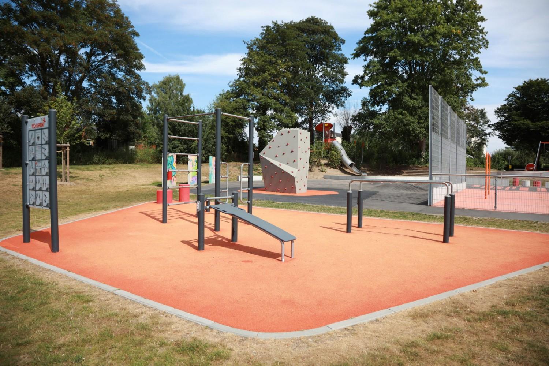 Naumann-Landschaft-Spielplatz-Auf-der-Kuppe-Fitness-3 Naumann – Landschaft