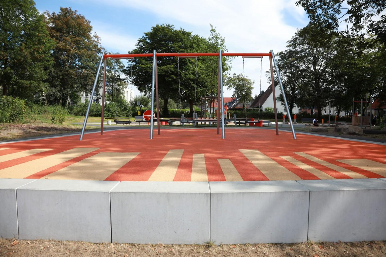 Naumann-Landschaft-Spielplatz-Auf-der-Kuppe-Schaukeln-4 Naumann – Landschaft