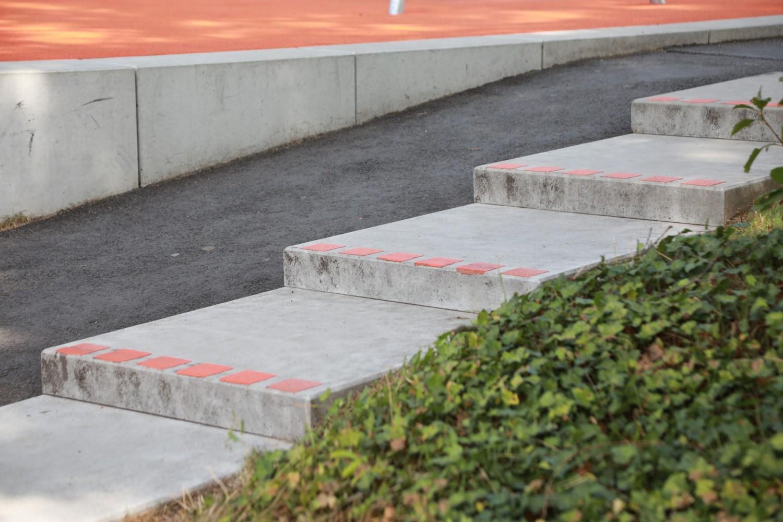 Naumann-Landschaft-Spielplatz-Auf-der-Kuppe-Stufen-2 Naumann – Landschaft